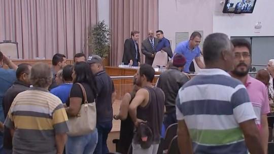 Médicos exonerados pela prefeitura fazem protesto em Agudos