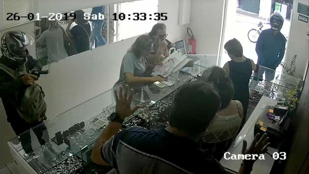 Dupla armada com revólver rouba joalheria no centro de Marília