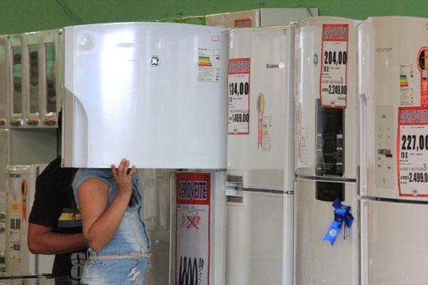 CNC prevê queda de 6,1% no consumo de bens e serviços em 2013