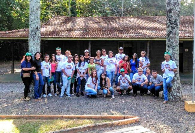 Alunos de Júlio de Mesquita participam de aula no Bosque Municipal em Garça